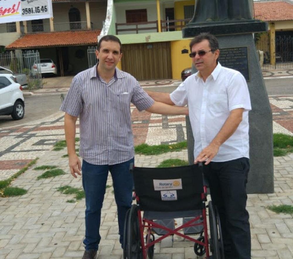 Padre Carlos Roberto recebe das mãos do Presidente Tales Teixeira o equipamento - Foto TH