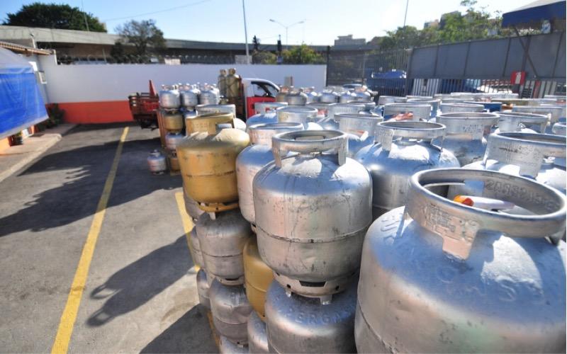 01/09/2015. Credito: Alexandre Guzanshe/EM/D.A Press. Brasil. Belo Horizonte - MG. Botijao de gas de 13 kilos sobe 25 porcento.