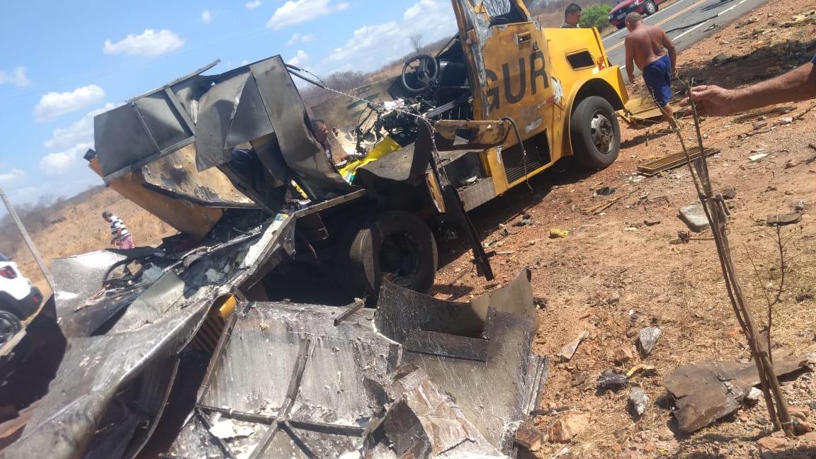 Quadrilha fortemente armada explode carro-forte na cidade de Saboeiro-CE; veículo ficou totalmente destruído