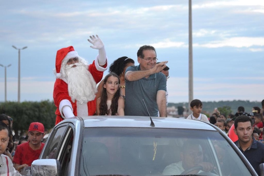 Papai Noel chega à Encosta do Seminário e traz muita alegria e festa para a criançada