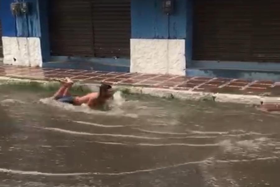 Internauta flagra homem tomando banho em poça d' água na cidade de Juazeiro do Norte-CE