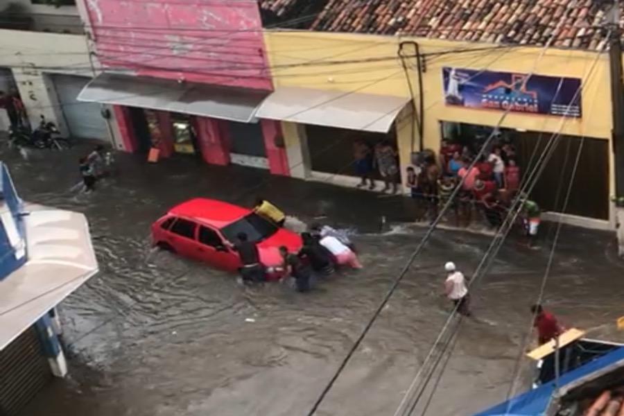 Chuva provoca alagamentos e prejudica motoristas em Juazeiro do Norte veja o Vídeo