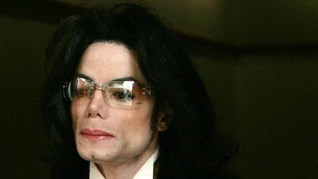 Michael Jackson foi acusado de abuso sexual de menores, mas em 2005 foi absolvido das acusações. Documentário revela novas denúncias — Foto: Getty Images via BBC