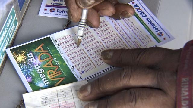 Moradores fazem apostas para Mega da Virada — Foto: Reprodução / EPTV
