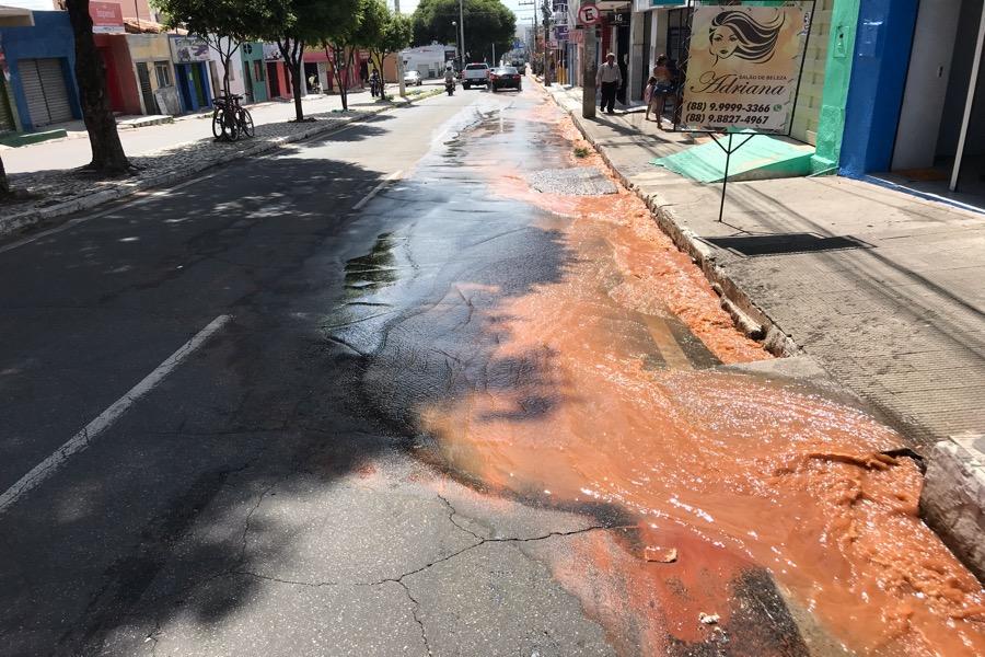 Cano estourado causa transtornos na Avenida Castelo Branco em Juazeiro do Norte-CE