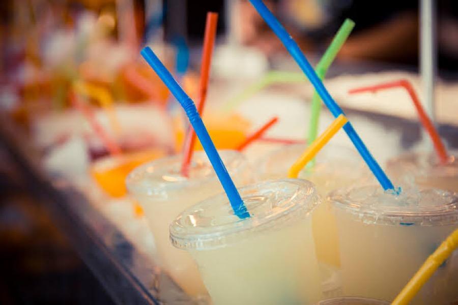 Projeto de lei visa proibir o uso de canudos plásticos em estabelecimentos comerciais cearenses