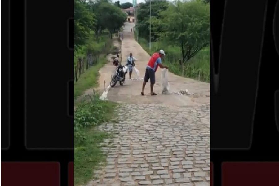 Motoristas tampam buracos em via para poder transitar com seus veículos em Potengi; veja o vídeo