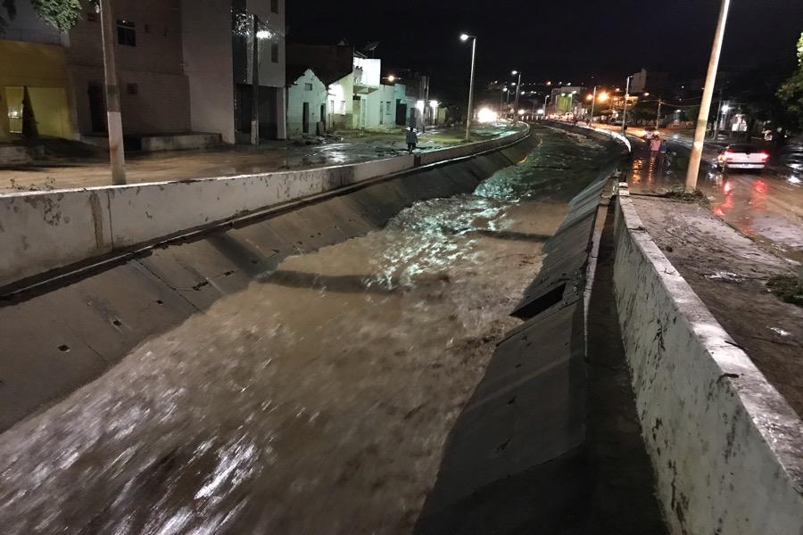 Enchente do canal do rio Grangeiro alaga centro do Crato; Vejas as imagens exclusivas