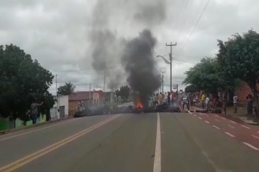 Em protesto contra acidentes, moradores de Potengi pedem sinalização na CE-292; veja o vídeo