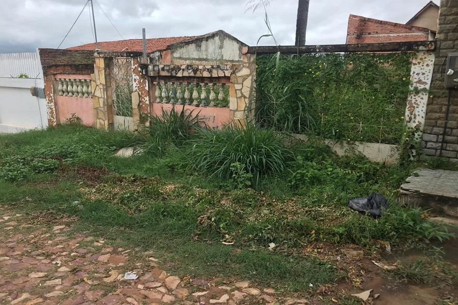 Casa abandonada gera preocupação a moradores em bairro no Crato-CE