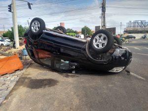 Carro capota em acidente na BR-316, Zona Sul de Teresina. — Foto: Nayara Nadja/TV Clube