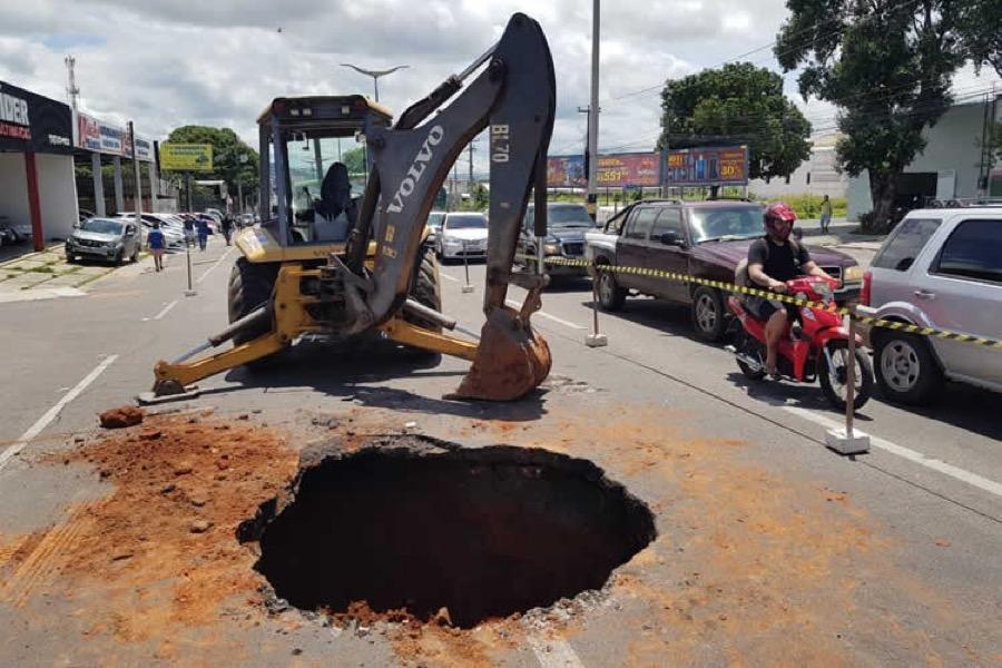 Há 20 dias cratera atrapalha motoristas na avenida Padre Cícero, em Juazeiro do Norte