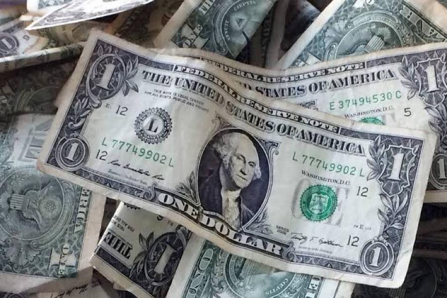 Dólar opera em queda à espera de decisão do Fed e monitorando cena política
