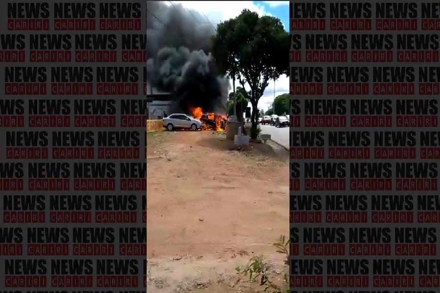 Três veículos de candidatos ao concurso de Juazeiro do Norte-CE pegam fogo próximo ao local da prova