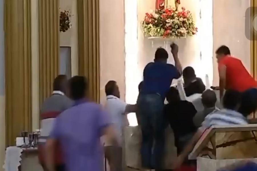 Em um determinado momento, um dos fiéis em um ato de revolta partiu para cima do acusado com uma cadeira. Foto: reprodução do vídeo