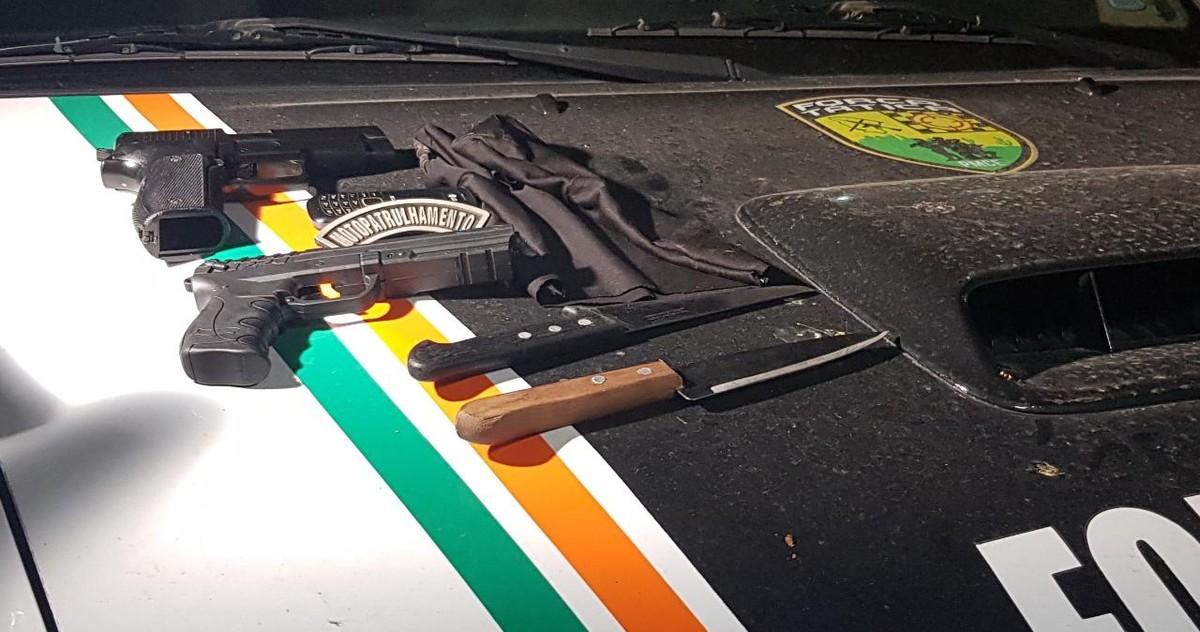 Polícia apreendeu facas, armas falsas e balaclava com adolescentes suspeitos de série de assaltos. — Foto: Rafaela Duarte/ Sistema Verdes Mares