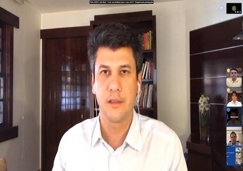 Presidente do BNDES, Gustavo Montezano, anuncia medida de apoio à economia em transmissão ao vivo com o presidente Jair Bolsonaro — Foto: Reprodução