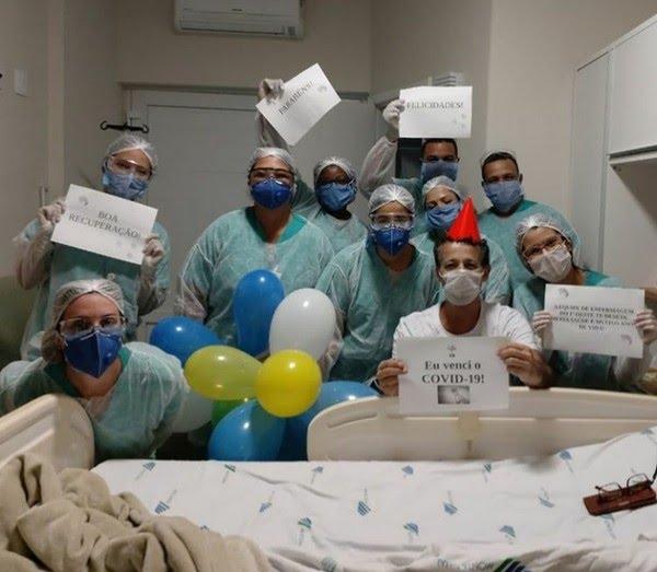 Daniel recebeu placas de apoio da equipe médica em Juiz de Fora — Foto: Assessoria de Comunicação do Hospital Monte Sinai/Divulgação