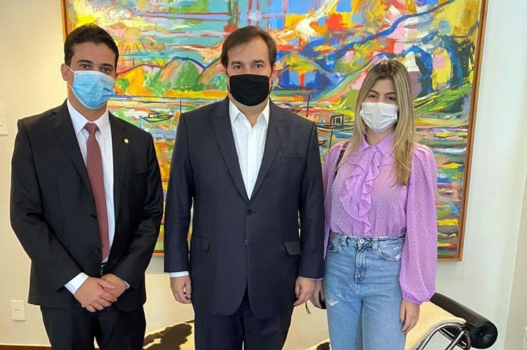 Foto: A vereadora eleita ao lado dos deputados Junior Mano e Rodrigo Maia, em Brasília