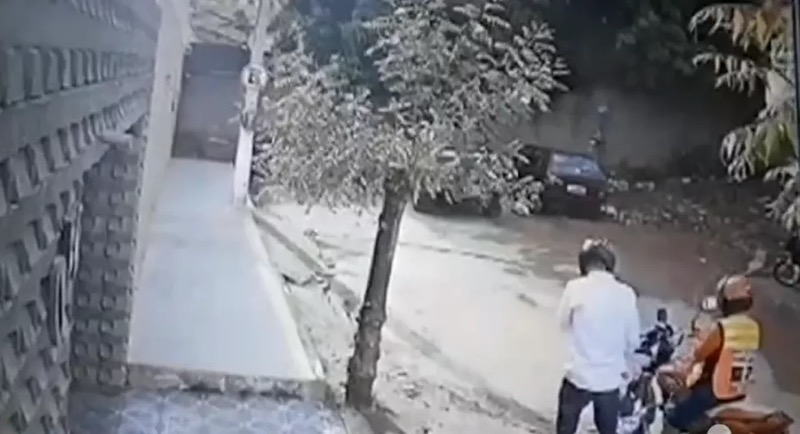 Câmera de segurança da residência registra o momento em que o golpista chega na residência da mulher. — Foto: Reprodução/TV Verdes Mares