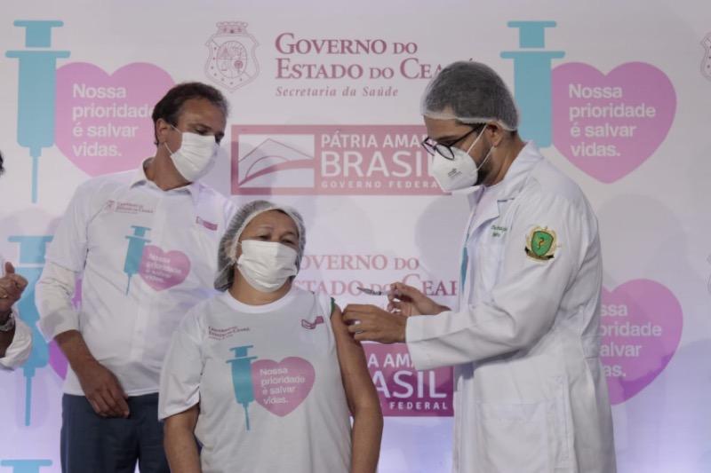 Técnica de enfermagem Maria Silvana Souza Reis, 51 anos, primeira a ser vacinada no Ceará (Foto: AURÉLIO ALVES/O POVO)