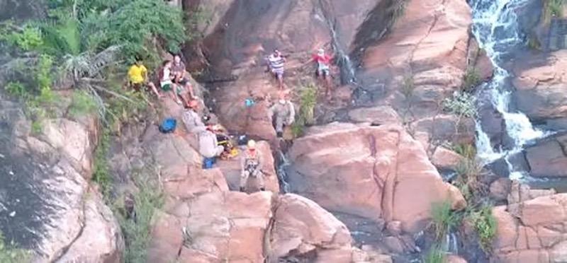 Jovem estava em uma cachoeira de cerca de 50 metros no interior do Ceará, quando escorreu e bateu a cabeça em uma pedra. — Foto: SSPDS/ Divulgação