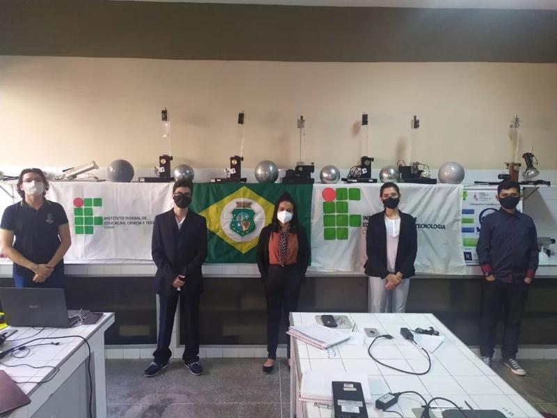 A jovem Letícia Vieira (ao centro) vai representar o Ceará em olimpíada de física na Geórgia. — Foto: Divulgação