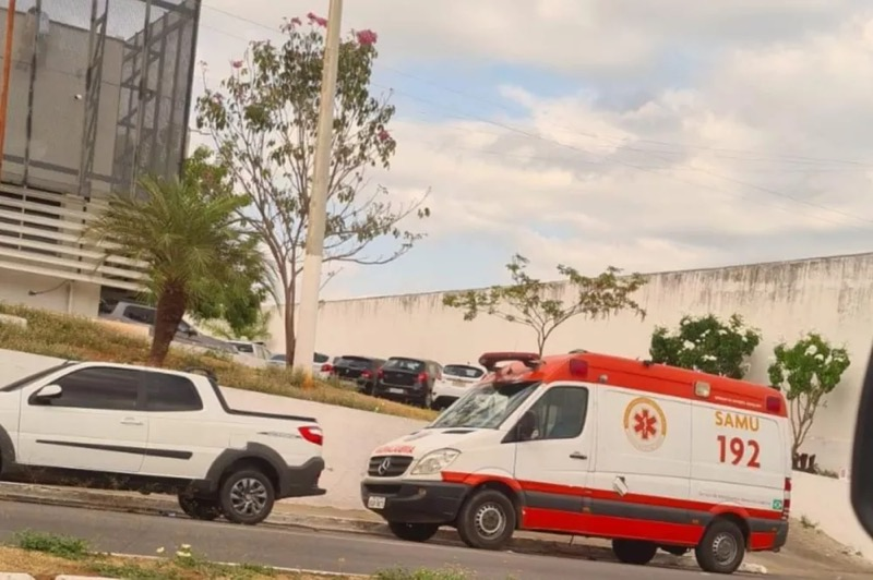Ambulância do Samu estava com mecânico para consertos — Foto: Reprodução