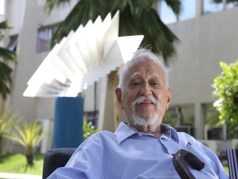 FORTALEZA, CE, BRASIL, 30-12-2014: Sérvulo Esmeraldo, 85, artista plástico, criador da escultura