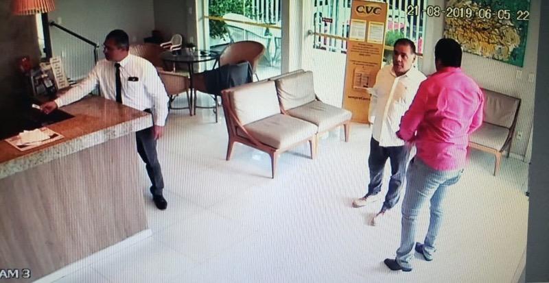 Imagens de câmera de segurança que fazem parte das investigações da polícia mostram suspeitos em hotel em agosto de 2019 — Foto: Reprodução