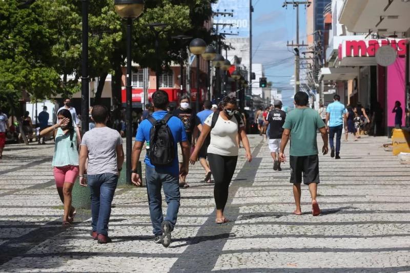 Foto: Muitas pessoas estava no Centro de Fortaleza na manhã desta segunda-feira (8) — Foto: José Leomar/SVM