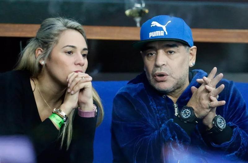 Maradona com sua companheira, Rocio Oliva, durante jogo da Copa Davis — Foto: Darko Bandic/AP