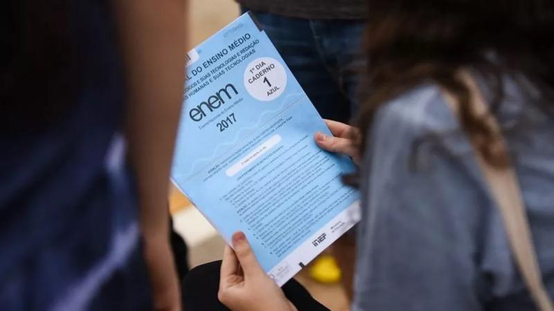 Imagem de arquivo mostra estudante com o caderno de provas do Enem de 2017. — Foto: Mariana Leal/MEC