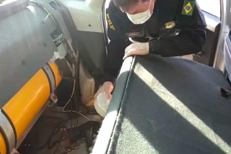 Mais de um quilo de cocaína foi encontrado escondido dentro de um compartimento oculto de um carro pela PRF em Canindé (Foto: Foto: Polícia Rodoviária Federal)
