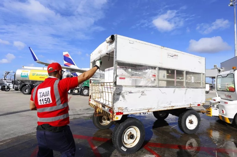 O voo com as vacinas aterriza no Aeroporto Internacional de Fortaleza à noite. — Foto: Tatiana Fortes/Governo do Ceará